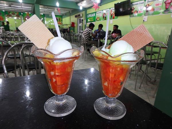 """ジャフナのナッルール・カンダスワミ寺院近くにある安くて美味しいアイス屋さん """"LINGAN"""" 。アイスがのったフルーツサラダは約80円"""