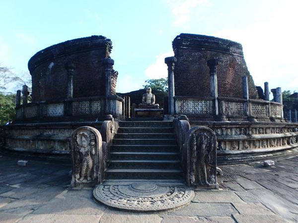 シンハラ王朝時代にポロンナルワの仏教の中心地であった、クワドラングルと呼ばれる場所にある円形の仏塔、ワタダーゲ