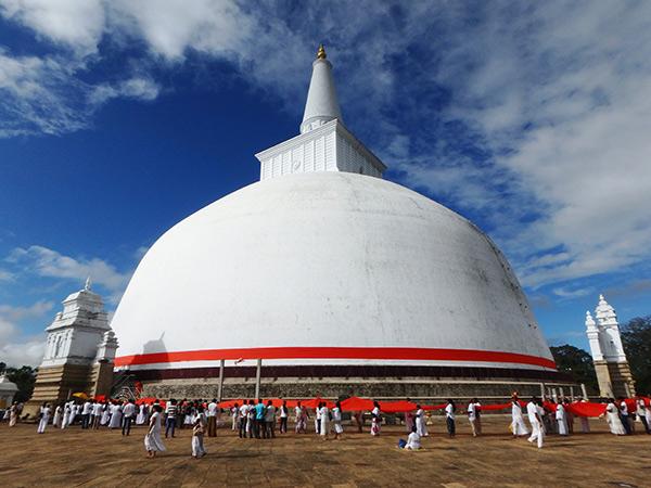 巨大なダーガバ、ルワンウェリ・サーヤ大塔。鮮やかなオレンジ色の布を持った巡礼者達がお経を唱えながらダーガバの周りを時計回りに一周し、最後は僧侶達が白いダーガバの付け根の部分にオレンジの布を引き上げていました