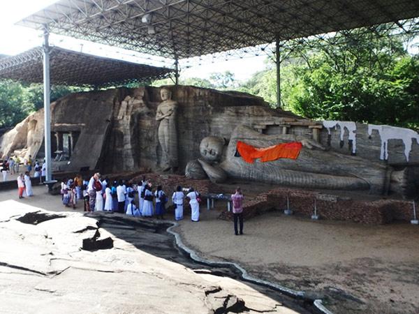まず向かったのは、大きな一枚岩に4体の仏像が彫られているガル・ヴィハーラ。この遺跡が見たくてこの町にやって来ました!ポロンナルワの遺跡入場券は3,750ルピー (2,900円) かUS$25