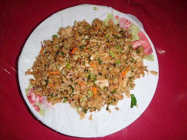 野菜と卵、ロティを細かく刻みながら炒められた、スリランカ料理のコットゥ・ロティ。食堂の入口でカタカタと音を立てながら調理されていて、熱々のものが出てきます。1皿約130円