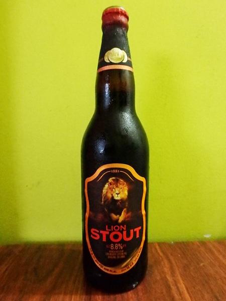 """ついにマイケルジャクソンが絶賛したと言う、スリランカ製のビール """"Lion Stout"""" を手に入れました!(普通に酒屋に売ってあります。笑 )アルコール度数は8,8%で、すっきりとした苦味がクセになりそうです♪"""