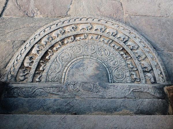 仏殿の四方の入り口にある、輪廻を表す彫刻が施された半円形の石盤ムーンストーン。写真は、はっきりと形が残っているというワタターゲ北入り口のもの