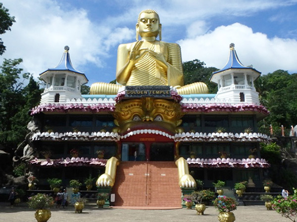 石窟寺院へは、入り口にそびえる黄金の大仏の左側にある階段を上って行きます。チケットオフィスは大仏の右側にありますが、現在は使われていませんでした