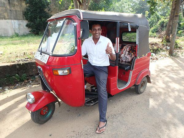 """宿探しを手伝ってくれた、とても親切なスリーウィーラー(三輪バイクタクシー)のドライバー、スダヒさん。三輪バイクはインド製なのだそうで、タイと同じく""""トゥクトゥク""""と呼ぶ人が多いです。アヌラーダプラではなぜか""""ノーマネー""""と言って、遺跡巡りをしないかと声を掛けてくるドライバーが多いですが、私たちは歩いて回れる範囲をゆっくりと見学しました"""
