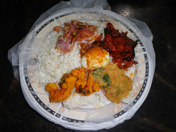 ジャフナでは色々なお店でライス&カリーを食べてみました。基本的にランチに食べる料理のようで、ご飯とおかずを右手で混ぜ合わせていただきます。食べ終わったら自分でお皿に敷かれているビニールをゴミ箱に捨てます