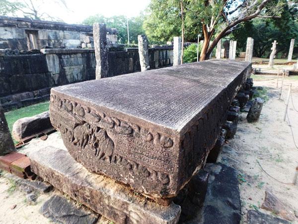 クワドラングルにある長さ約9m、幅約1.5m、厚さ約44〜46cmという大きな石碑ガルポタ