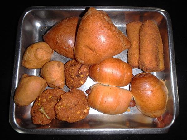 ダンブッラでは、これまで見掛けなかったソーセージやカリー味の野菜が入っているパンを発見!