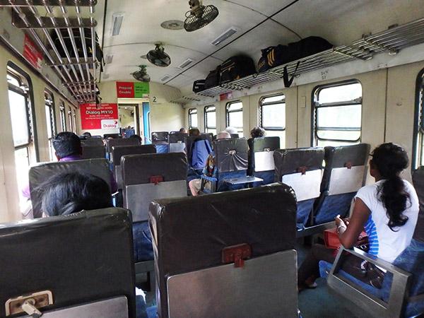アヌラーダプラから北部の町ジャフナまでは列車で移動しましたが、列車は3時間も遅れて到着。列車はガタガタと騒音を立てながら緑の水田や椰子畑の中を進み、ジャフナ・ラグーンの横を通った時はフラミンゴの群れを見ることが出来ました