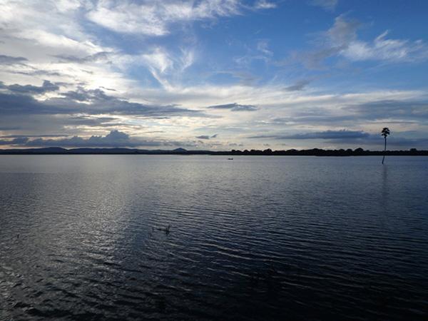 ポロンナルワの人々の暮らしを支えている、まるで湖のような大きな貯水池パラークラマ・サムドラ