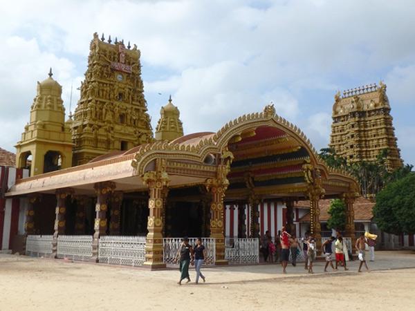 ナッルール・カンダスワミ寺院。7月から8月に26日間かけて行われる、大規模な祭りで知られているジャフナのヒンドゥー寺院。男性は、観光客も上半身裸になって中に入ります