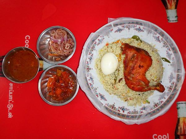 マンナールで食べたチキンビリヤニ。一皿約270円で、ご飯は冷たくお肉はパサパサ。ここでは、隣で食べていた男性が分けてくれた魚のフライがとっても美味しかったです