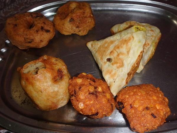 スリランカの美味しい軽食。揚げ物類は、注文するとトレーにたくさん出てききてビックリしますが、食後に食べた分だけを支払います