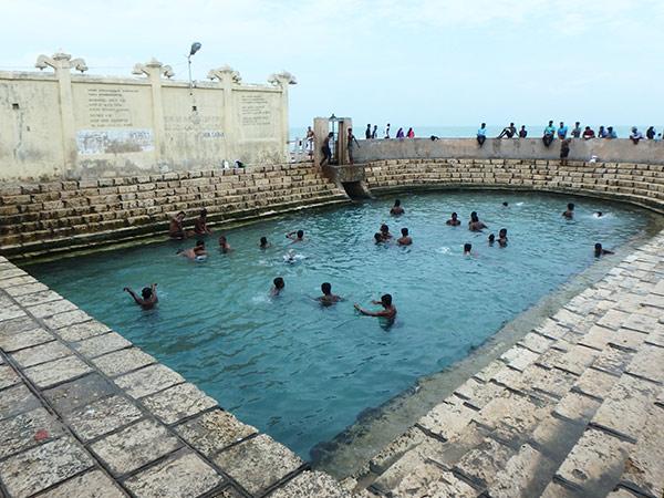ケリマライの泉。ジャフナからバスで北へ約1時間、ケリマライにある治癒力を持つという淡水の温泉。奥の建物が女性専用で入場料は1人約24円