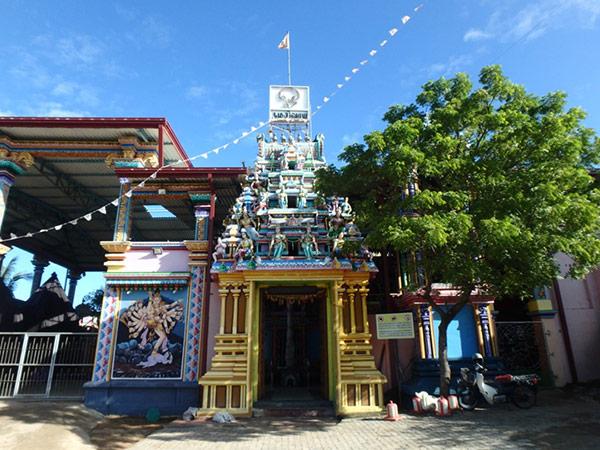 インドからも巡礼者がやってくるという、ヒンドゥー教の聖地コネスヴァラム寺院。岬の先端に造られていて、すぐ裏には崖が迫っています