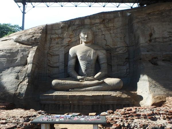 ガル・ヴィハーラの左側にある、高さ4.6mの瞑想をしている座仏像。柔らかな曲線と穏やかな表情、胴体と比べて肩幅や手足がしっかりしているのが印象的でした