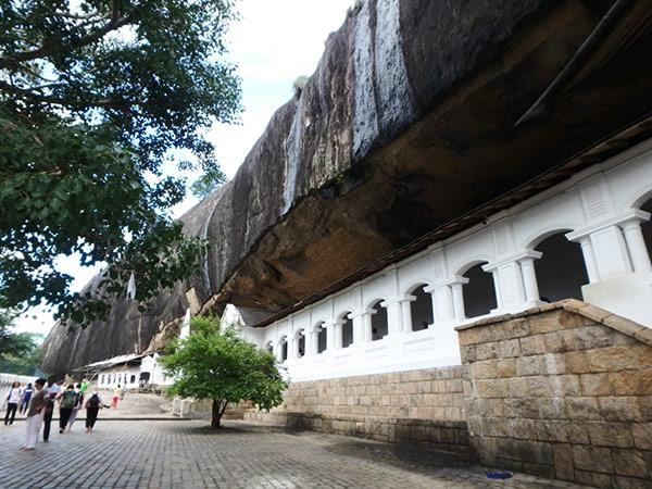 旧市街にある岩山の頂上に5つの石窟が並んでいる、ダンブッラ石窟寺院 。入り口で靴を預けて (1人25ルピー) 裸足で入ります