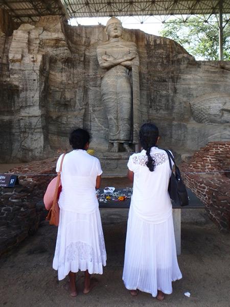 ガル・ヴィハーラの蓮の台座に立つ、高さ7mの立像。この遺跡にも、白い衣装を身にまとった多くの巡礼者たちが訪れていて真摯に祈りを捧げていました