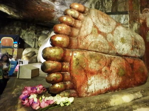 自然の石に彫られた約14mの涅槃像。足の裏は赤く塗られていて、ハスの花模様が描かれています。涅槃像が横たわっている第1窟は狭く、階段を上ってきてすぐに中に入ると汗がどっと噴き出してきました