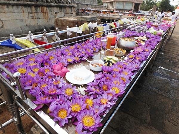 ダーガバに供えられている美しい蓮の花。巡礼者達は男性も女性も子供達も白い衣装を身にまとい、紫やピンク、白い蓮の花束や、花が入っている薄いカゴを手に裸足で聖地を訪れます