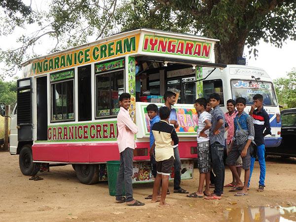 男の子達が集団で歩いて来たのでヒンドゥー寺院に行くのかと思ったら、行き先は寺院の前のアイスクリーム屋さんでした