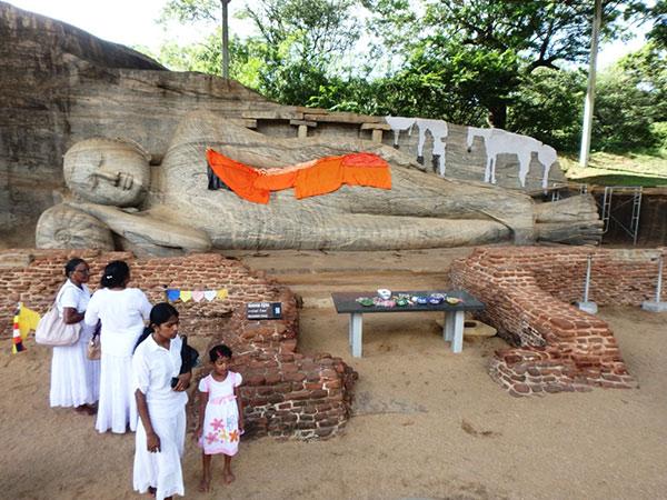 ガル・ヴィハーラの4石像の中で、一番大きな全長14mの涅槃仏。自然の岩の模様と流線形の独特な彫刻が、優しく穏やかな印象を与えてくれます
