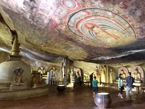 石窟寺院で1番大きな幅約52m、奥行き約25m、高さ約6mの第2窟。壁や天井一面に壁画が描かれていて、56体の仏像が安置されています。石の囲いの中にある水瓶には、天井からは聖なる水が滴り落ちていました