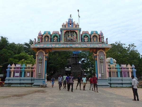 ケリマライにあるヒンドゥー寺院、ナクッレースヴァラム・シヴァ寺院。内戦中に襲撃を受けたというゴープラム(塔門)は現在も修復中でした。敷地内には大きな牛や孔雀が飼われていて巡礼者達が写真を撮っていました