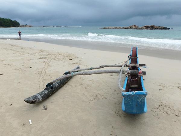 ダッチベイの砂浜で見かけたビックリするほど細長い船。「どうやって乗るんだろう」と話していたら、遠くに今にも海に出そうな船が!