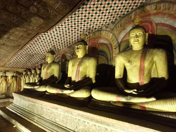 壁際に57体の仏像が並んでいる第3窟。どこの石窟も団体のツアー客や巡礼者で大混雑でした