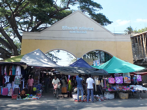 セントラルマーケット。衣類や食材、布、生活雑貨などを売る店が並んでいました。丸っこいシンハラ語で書かれた看板が新鮮な感じです