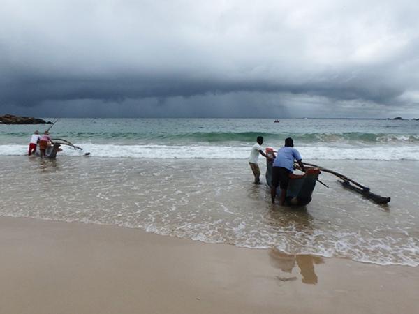 釣竿を載せた船に漁師さんたちが2人ずつ乗り込んで、いざ海へ。漁師さんたちの服装が、町を歩いている人と何も変わらなかったのがとても印象的でした