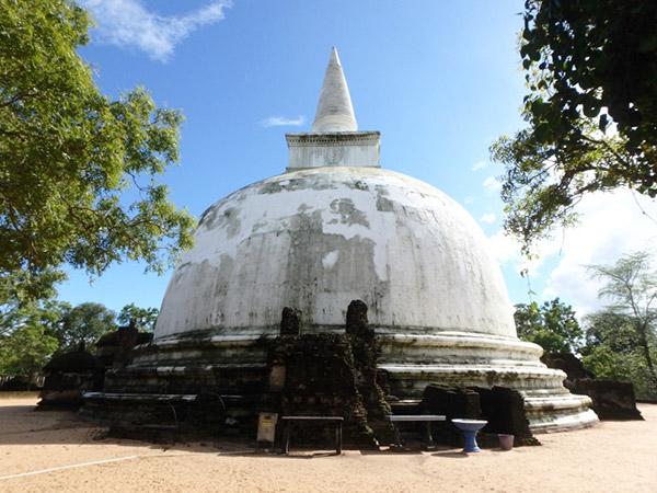 700年以上もジャングルの中に眠っていたという、白く大きなダーガバ (仏塔) 、キリ・ヴィハーラ。キリとはシンハラ語でミルクを意味するそうです