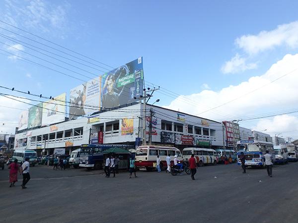 ジャフナの中心地にあるニュー・マーケット・コンプレックス。ここやバスターミナルの裏側の道が近郊行きのバス乗り場になっています