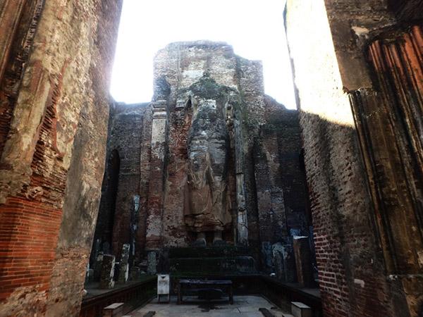 頭部のない巨大な仏像が残っている寺院、ランカティラカ。夕方に訪れると逆光で内部が見えにくいので、見学は午前中がオススメです