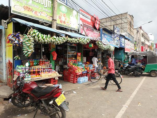 """商店の店先に吊り下げられている袋入りのスナック菓子。ジャフナには名物の飲み物 """"ネッリクラッシュ"""" を売っている店も多いです"""