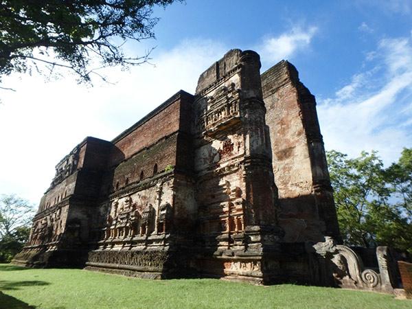 高さ17.5m、奥行き52m、幅18mという巨大な寺院、ランカティラカ。かなり迫力のある大きな遺跡で、外側の壁には浮き彫りが施されていました