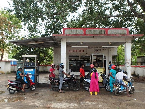 ジャフナ郊外のガソリンスタンド。ガソリンは1L約76円のようでした