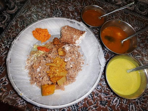 """""""HOTEL ANANTHABAVAN""""  で食べたお気に入りのスリランカ料理 """"ピットゥ"""" 。これはココナッツとお米をそぼろ状にして専用の容器で蒸したもので、手で崩して付け合わせのおかずと一緒にいただきます。弾力性のある歯応えで、手でも食べやすいです。一皿約47円"""