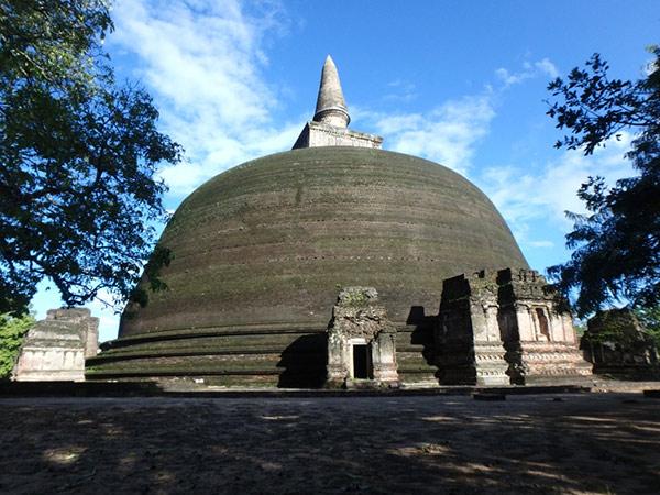 ポロンナルワで一番大きな高さ55m、直径55mのダーガバ (仏塔) 、ランコトゥ・ヴィハーラ。アヌラーダプラのルワンウェリ・サーヤ・ダーガバをモデルにしたと考えられているそうです