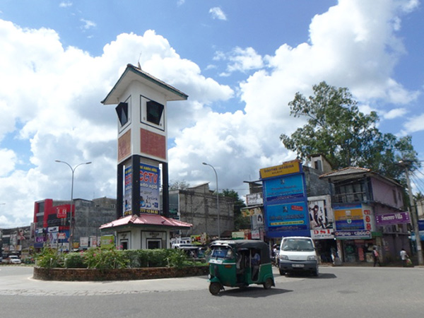 バスターミナル近くにある時計塔。ダンブッラで長距離バスに乗る時は、新市街やバスターミナル前のメインストリート沿いでバスを待ちます