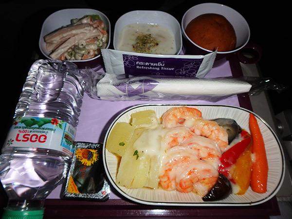 スリランカへはタイのバンコクからタイ航空を利用して向かいました。機内食はなんとプリプリの大きなエビ!!! 激ウマでエビ好きの私たちは大興奮してしまいました♪