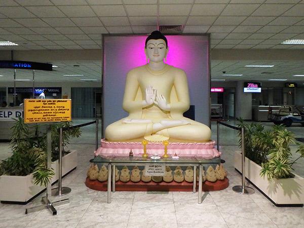 午前0時10分、スリランカのバンダラナイケ国際空港に到着。早速、穏やかな表情をした仏像がお出迎えしてくれました♪