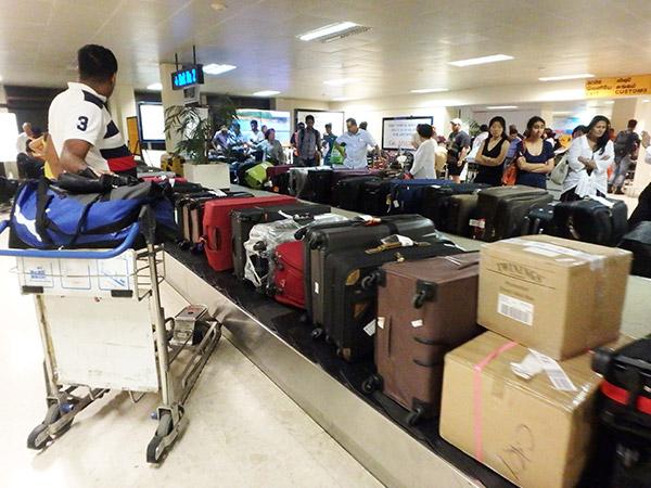 荷物を取りに行くと、ターンテーブルにこれでもか!というほど荷物がぎゅうぎゅう詰めに並べられていてビックリ!