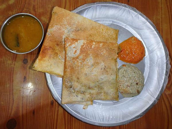 スリランカでの初めての食事は、具がたっぷりと入ったマサラドーサー。ボリューム満点なので2人で一皿で良かったかも。熱々でとても美味
