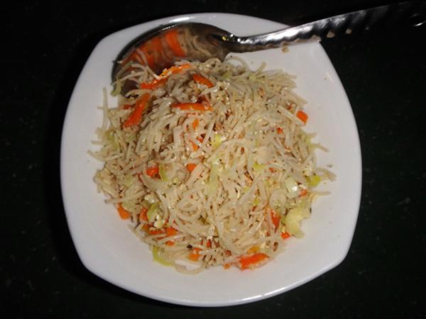宿の近くには食堂がなかったので、軽めの夕食を宿のお母さんに頼むとココナッツ風味のヌードルが出てきました。日本には無いお味です