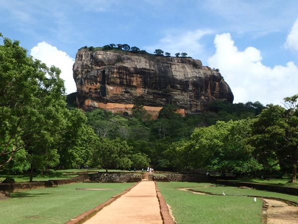 シーギリヤ・レディのフレスコ画でで知られるスリランカ最大の見所、シーギリヤ・ロック。岩山の頂上には5世紀に建てられたという宮殿跡が残っています