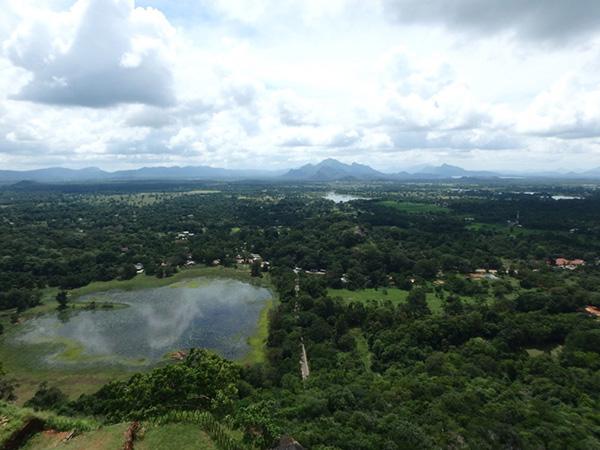 高さ約195mの岩山の頂上からは、360度に広がる美しい緑の景色を堪能しました