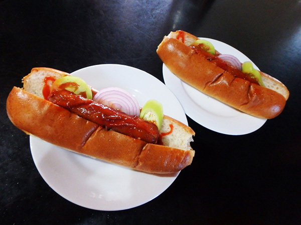 ダンブッラにある人気のベーカリーで食べたホットドッグ。大きなソーセージとスライスした生のチリ、玉ねぎ、トマトが入っていて、なかなのボリュームで味もグッド。1つ約90円