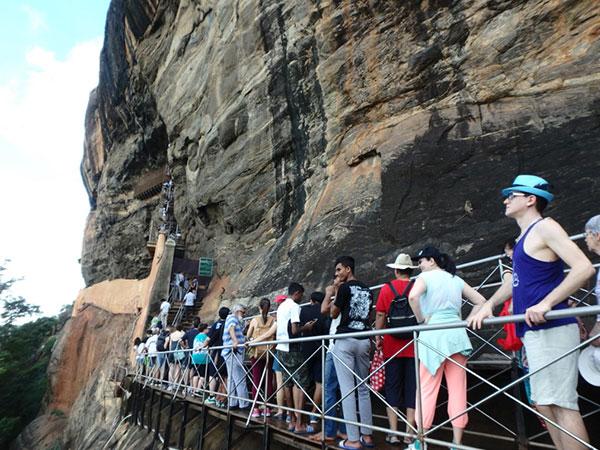 訪れた10時過ぎは団体ツアーの観光客が続々とやって来ていて、岩山の登り口から長蛇の列が出来ていました